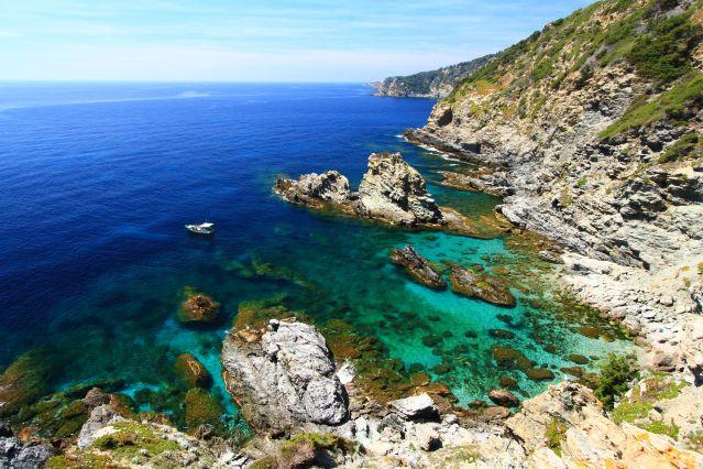 La côte sauvage de l île de Porquerolles - France