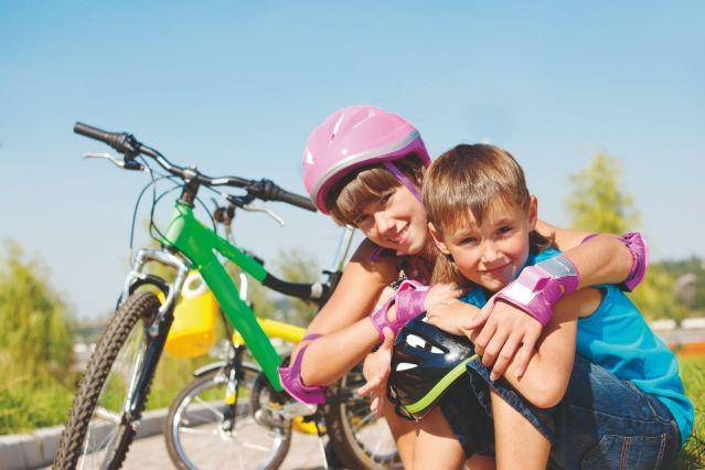 Frère et soeur à vélo - France