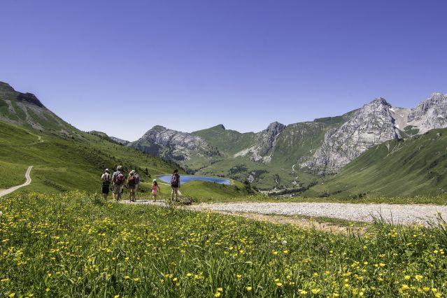 Randonneurs au-dessus du Grand-Bornand avec vue sur le Jalouvre à droite - Alpes du Nord - France