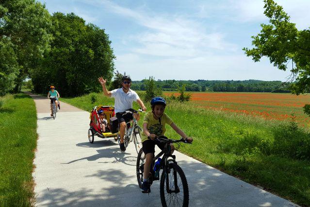 Famille à vélo - Loire - France