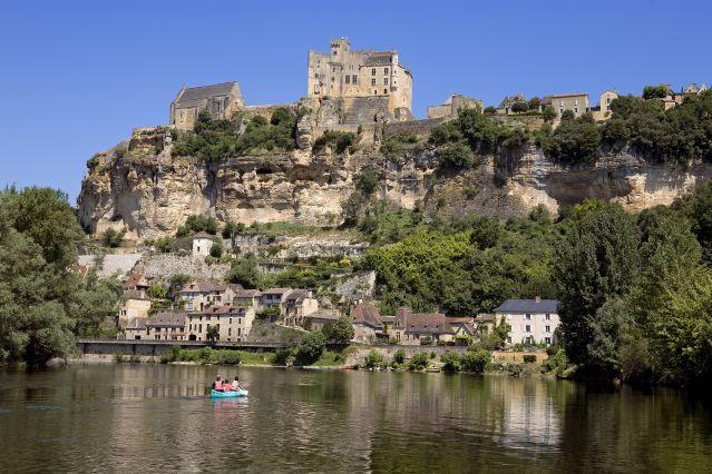 Canoë sur la Dordogne et panorama sur Beynac-et-Cazenac - France