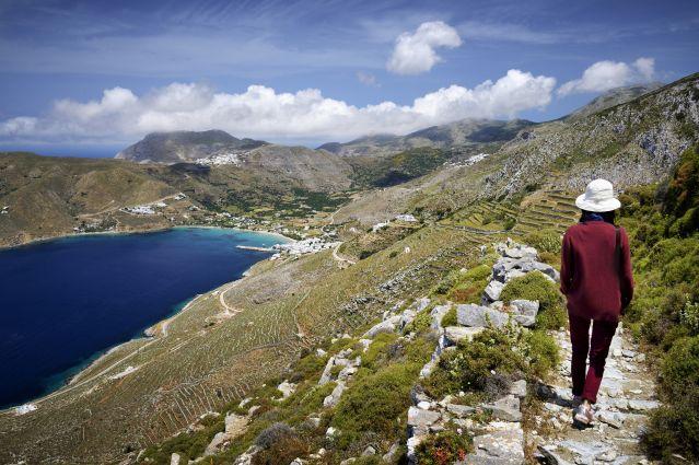 Randonneuse sur l'antique chemin muletier qui traverse l'île par les crêtes - Île d Amorgos - Grèce