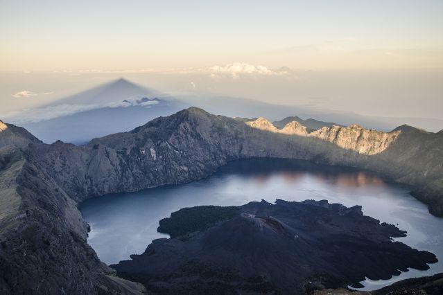Volcan Rinjani et lac Segara Anak sur l île de Lombok - Indonésie