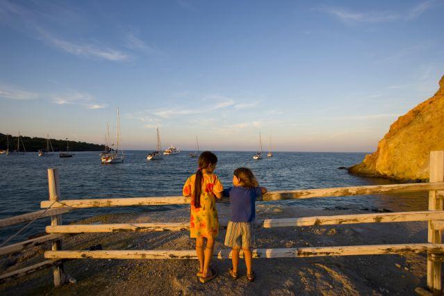Enfants qui discutent au bord de l eau - Iles Eoliennes - Sicile - Italie