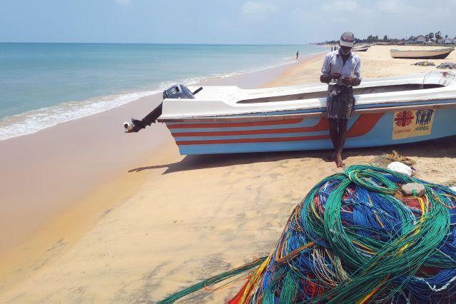 Pêcheur sur la plage de Trincomalee - Sri lanka