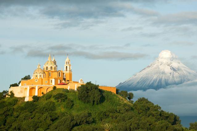 L église Notre-Dame-des-Remèdes devant le volcan Popocatepetl - État de Puebla - Mexique