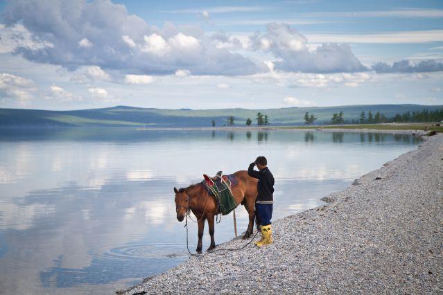 Jeune cavalier mongol au bord du lac Khovsgol - Mongolie