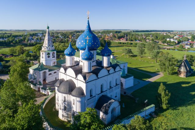 La cathédrale de la Nativité et la tour de la cloche du Kremlin de Souzdal - Russie