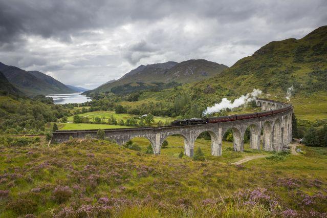 Train à vapeur passant sur un viaduc - Ecosse - Royaume-Uni