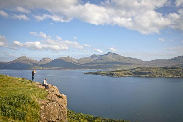 randonneur sur l île de Mull, vue sur l ïle Eorsa- Ecosse