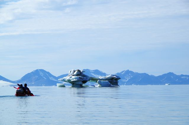Kayak dans les eaux du Fjord Saint-Jean - Spitzberg