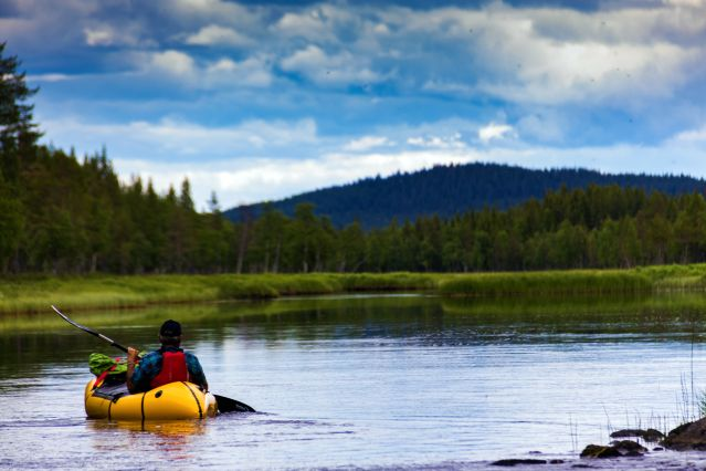 Canoë sur un lac - Laponie suédoise - Suède