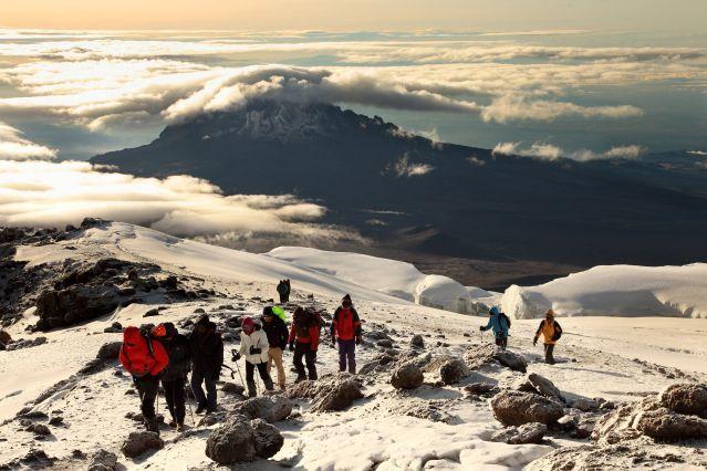 Ascension du Kilimandjaro vers 5850m avec le Mawenzi en arrière plan - Tanzanie