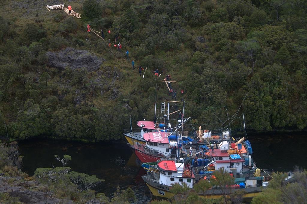 Camp de base : les bateaux à l'abri dans la caleta. Une chaîne humaine permet de décharger les bateaux vers le futur camp de base.