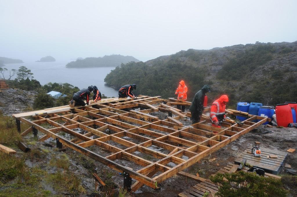 Chantier : un plancher horizontal à l'abri des eaux. Bientôt, nous serons au sec !