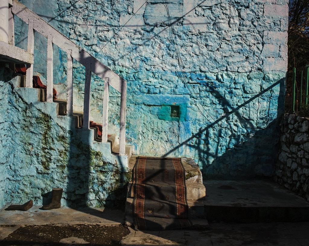 Façade azurée d'une maison traditionnelle de la région de Shkodër, au nord de l'Albanie - ©Guillaume Herbaut