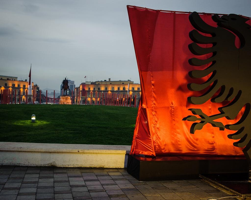 Le drapeau albanais installé sur la place Skanderbeg pour le jour de l'indépendance du 28 novembre à Tirana - ©Guillaume Herbaut