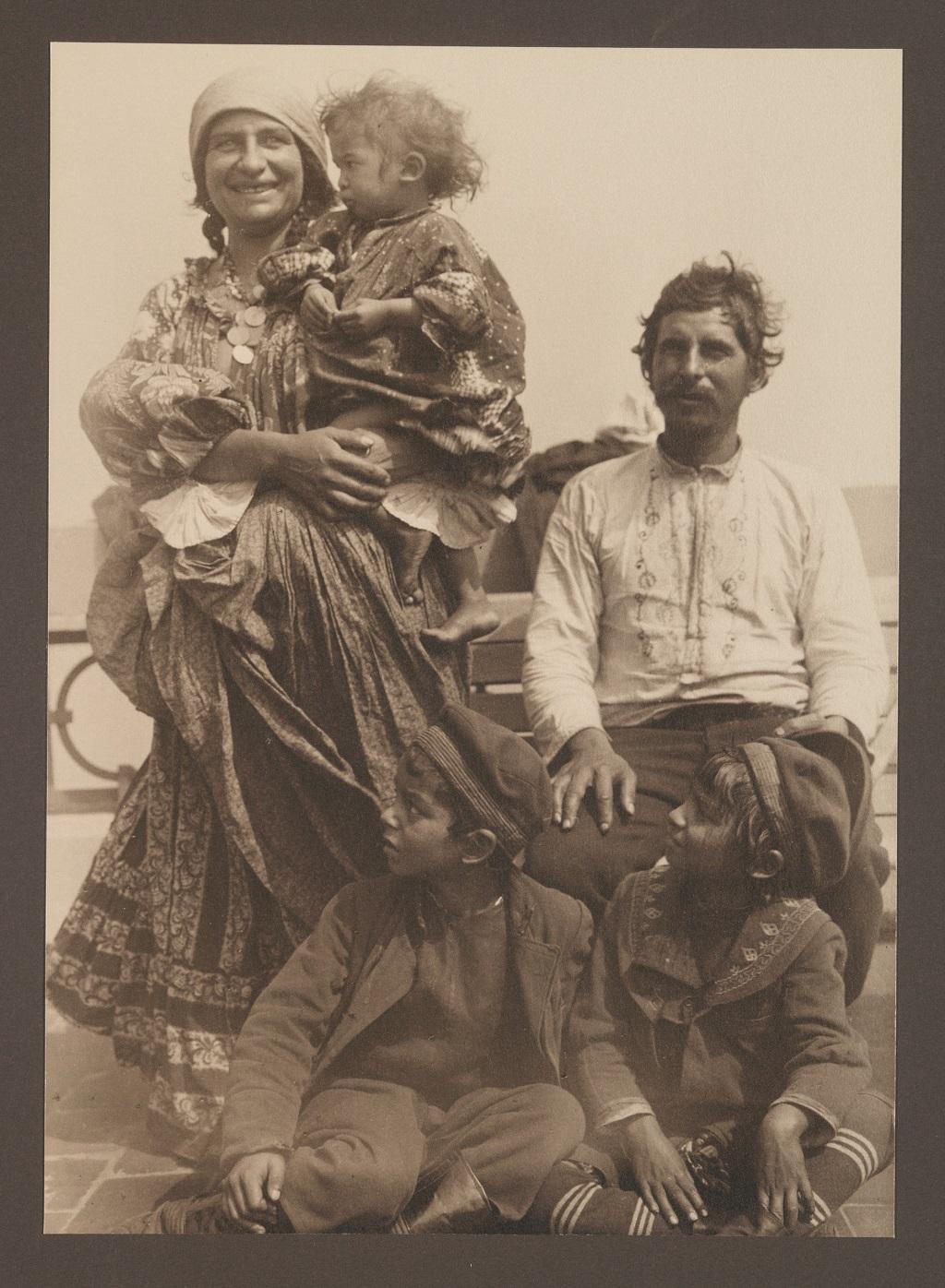 Famille tsigane photographiée après son arrivée à Ellis Island au début du XXe siècle. - - ©Augustus Sherman / The New York Public Library Digital Collections