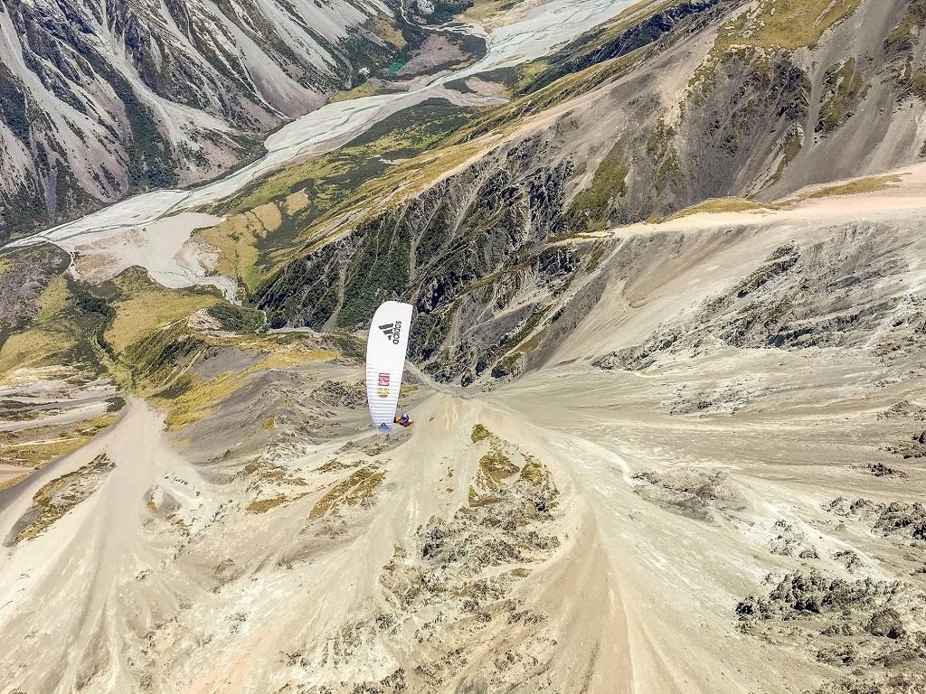 Vol de sept lieux. L'une des nombreuses vallées survolées. Une aubaine puisqu'il est bien plus difficile et éprouvant de marcher que de voler.