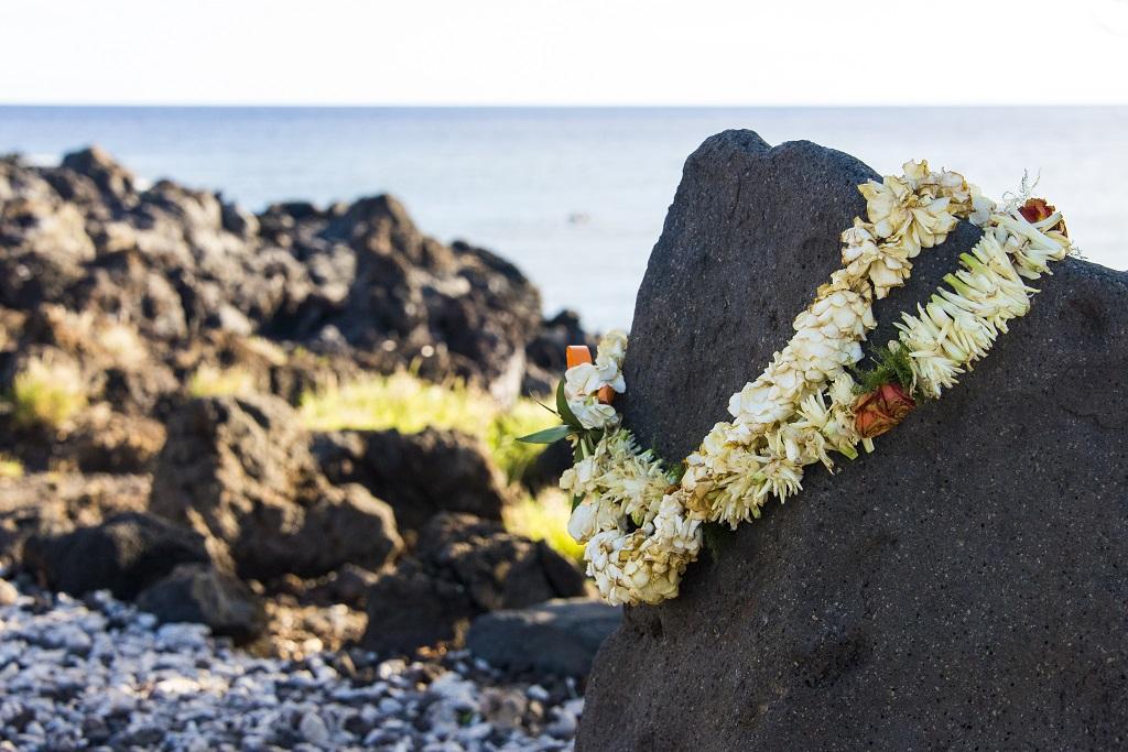 Site de Lapakahi : des colliers lei ornent un rocher en mémoire des familles de pêcheurs vivant il y a six cents ans dans ce village du nord-ouest de l'île d'Hawaï - ©Solveig Placier