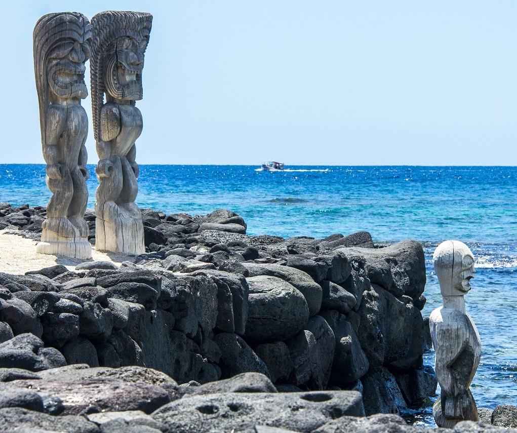 Pu'Uhonua O Honaunau : sur ce site célèbre de l'île d'Hawaï, les statues en bois de divinités, les ki i, regardent la baie. - ©Solveig Placier