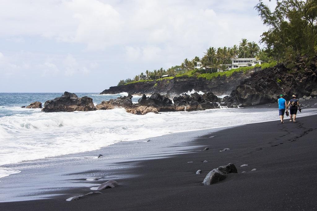 La plage de Kehena : sur le flanc est d'Hawaï, c'est le dernier né des bancs de sable hawaïens. Très isolée, la plage fait le bonheur des nudistes de l'île. - ©Solveig Placier