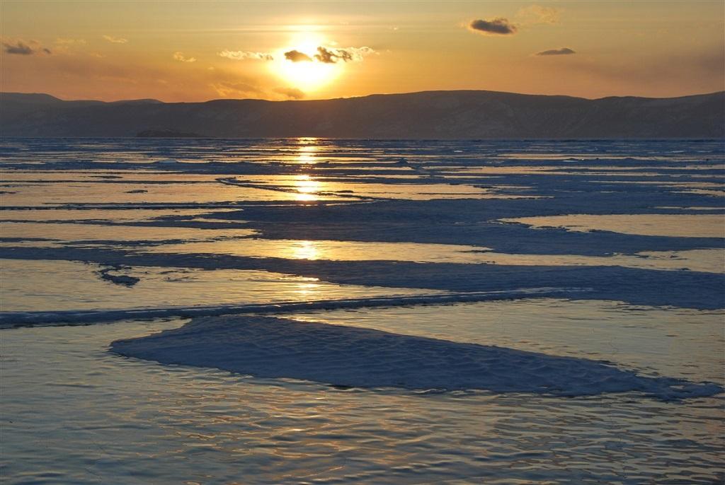 Coucher de soleil sur le lac Baikal gelé, Russie