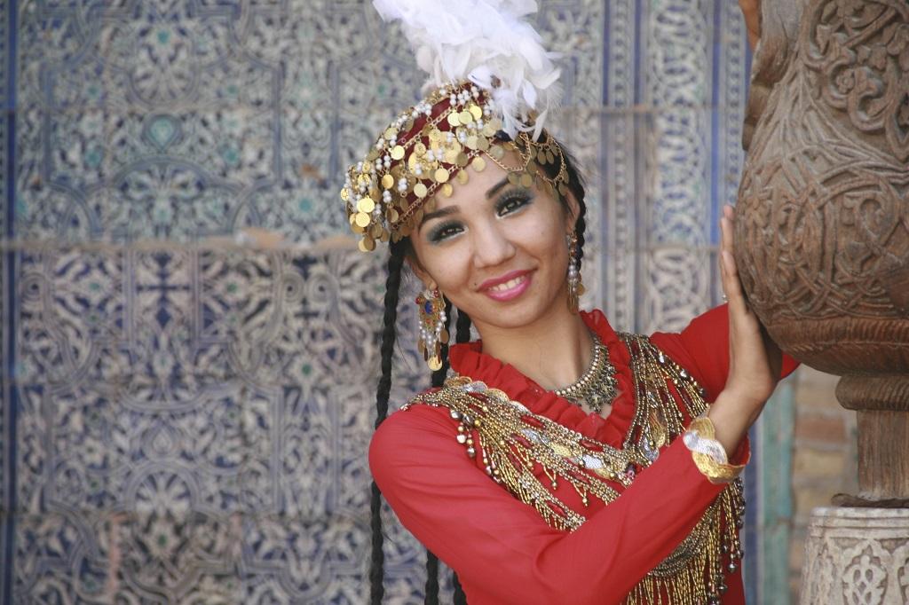 Danseuse dans les rues de Khiva, Ouzbékistan