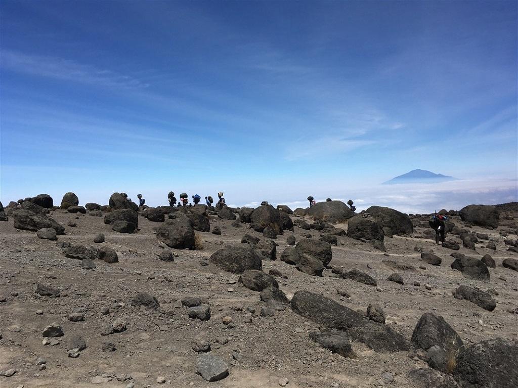 Au loin, le mont Meru. Kilimandjaro, voie Machame