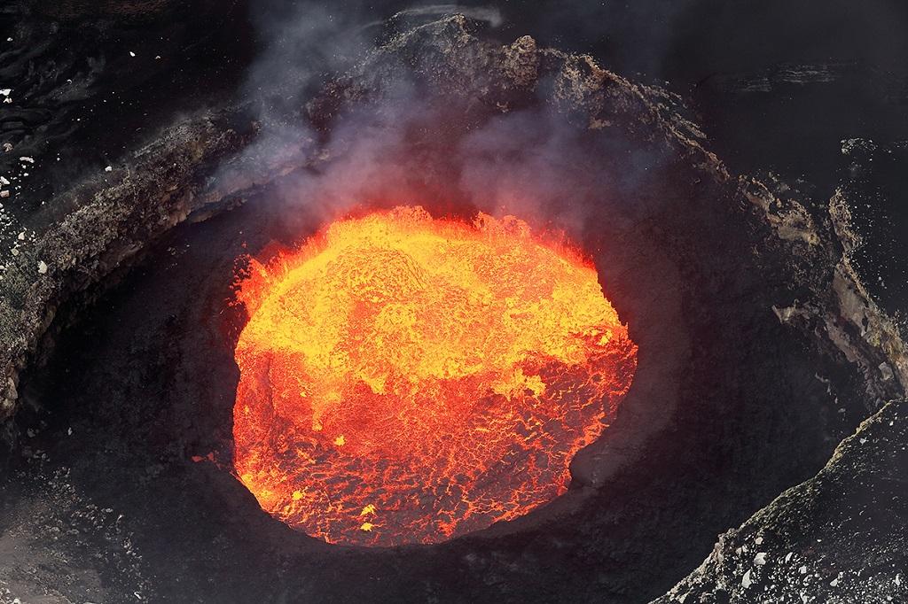 Lac de lave dans le volcan Marum-Vanuatu