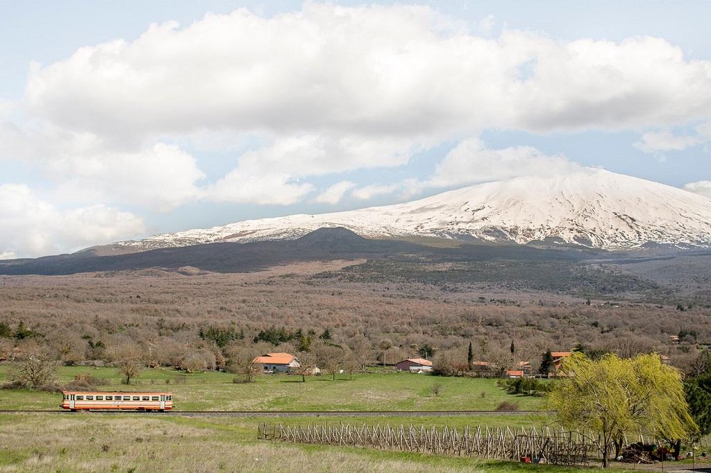 La ligne ferroviaire Circumetnea était autrefois utilisée par les paysans pour rejoindre leurs champs. Elle fait le tour de l'Etna et relie Catane à Riposto. Province de Catane, Bronte. - ©Massimo Siragusa/Agence Vu'