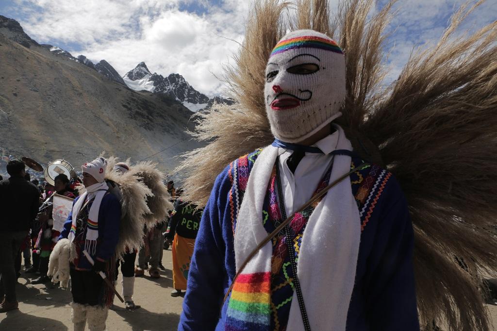 Les divers clans, confréries ou groupes de danseurs portent chacun leur tenue traditionnelle. Ces éleveurs de lamas, masqués, s'affrontent à coups de fouet dans des danses expiatoires très violentes. - ©Alfred de Montesquiou
