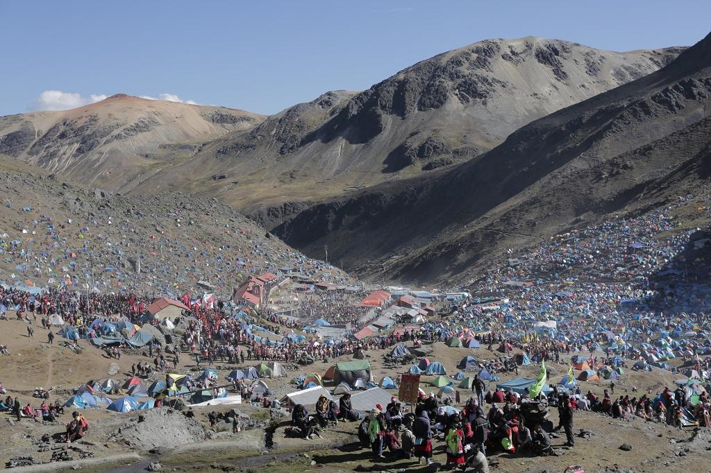 Quelque 100000 pèlerins campent pendant plusieurs jours, malgré le froid intense de l'automne austral à cette altitude. - ©Alfred de Montesquiou
