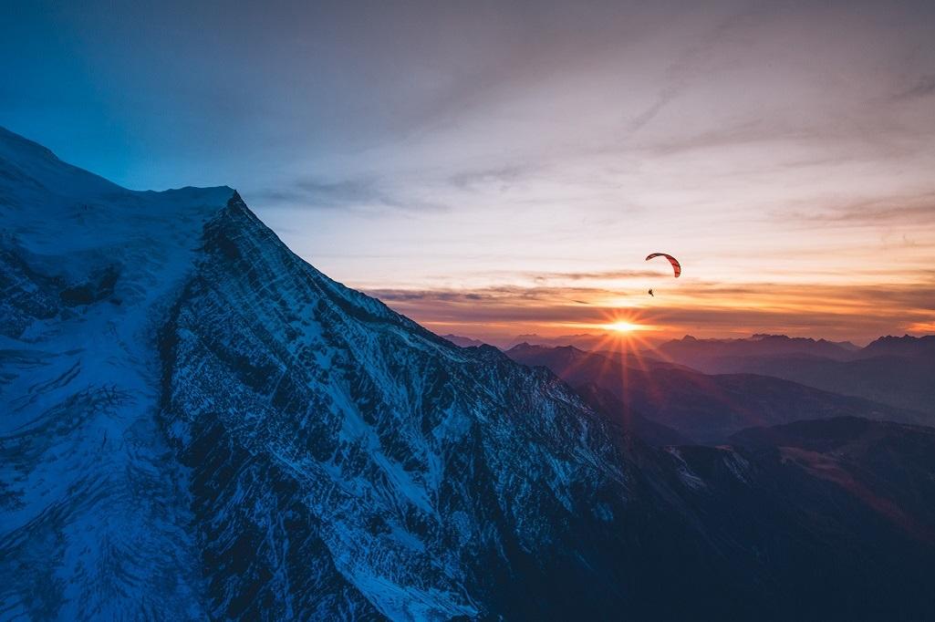 En parapente, descente au coucher de soleil depuis le mont Maudit, après avoir gravi l'arête Kuffner.