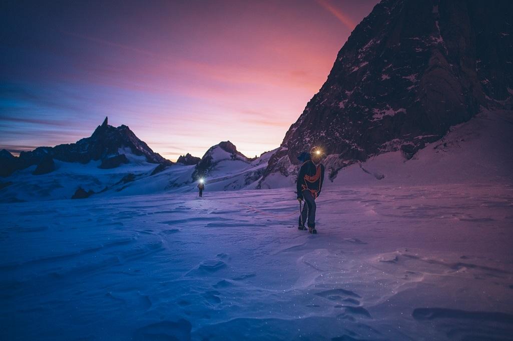 Mathéo Jacquemoud et Liv Sansoz traversent le glacier du Géant, avant de gravir l'arête Kuffner.
