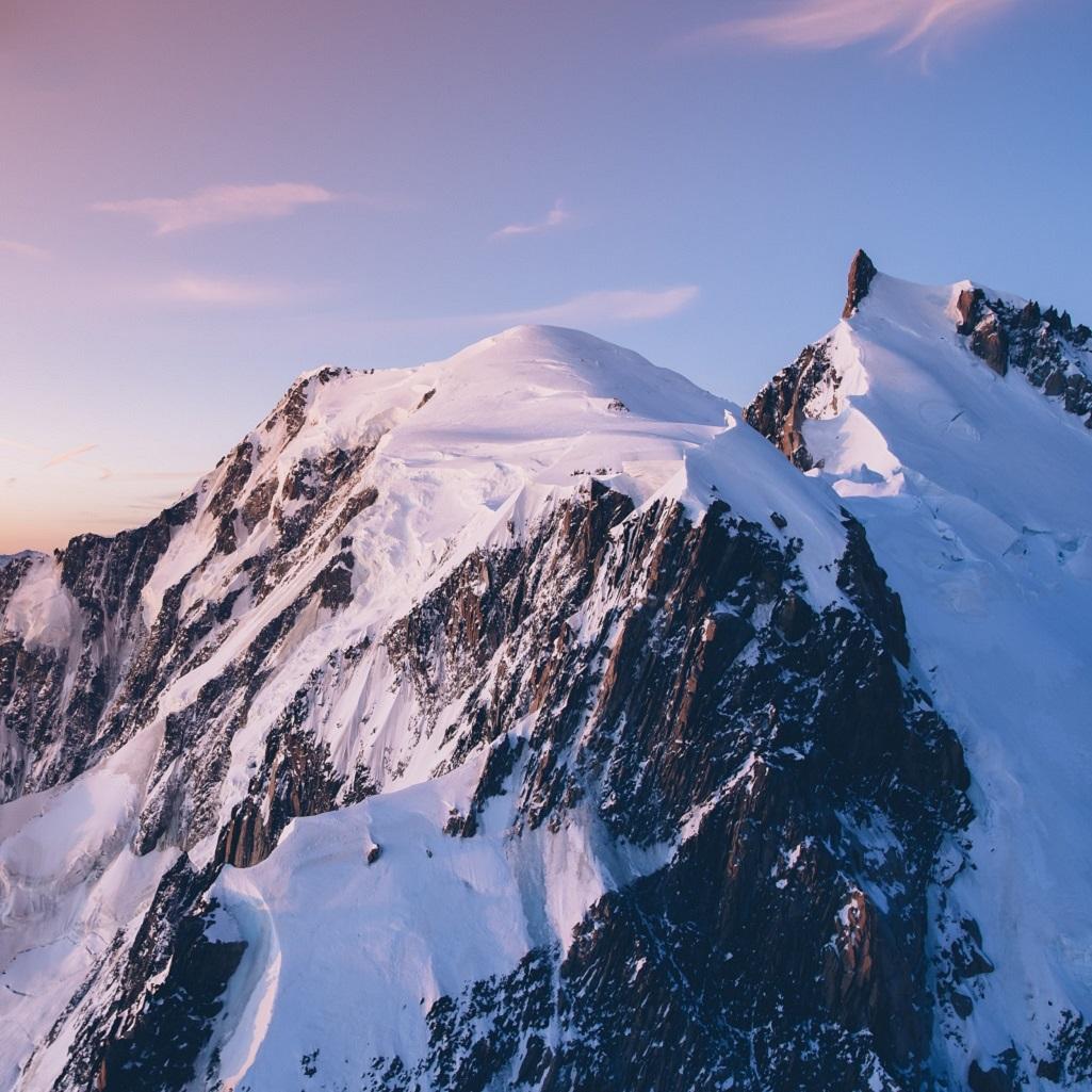 Au centre le sommet du mont Blanc, 4810m. Sur la droite, le piton rocheux est le sommet du mont Maudit, 4465m, surplombant la fin de l'arête Kuffner entre ombre et lumière