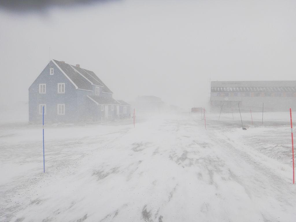 La maison bleue de l'AWIPEV affronte une nouvelle tempête de neige au village de Ny-Ålesund