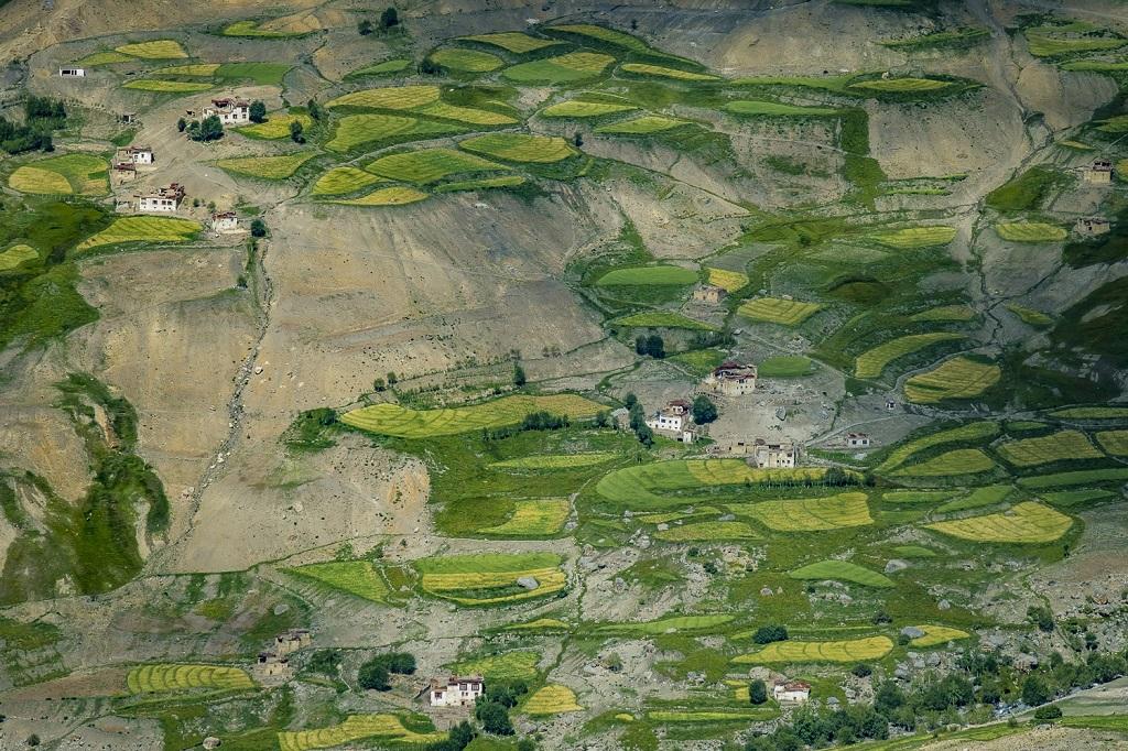 Vue en plongée sur le village éclaté de Lingshed, depuis Murgum La (4370 m)