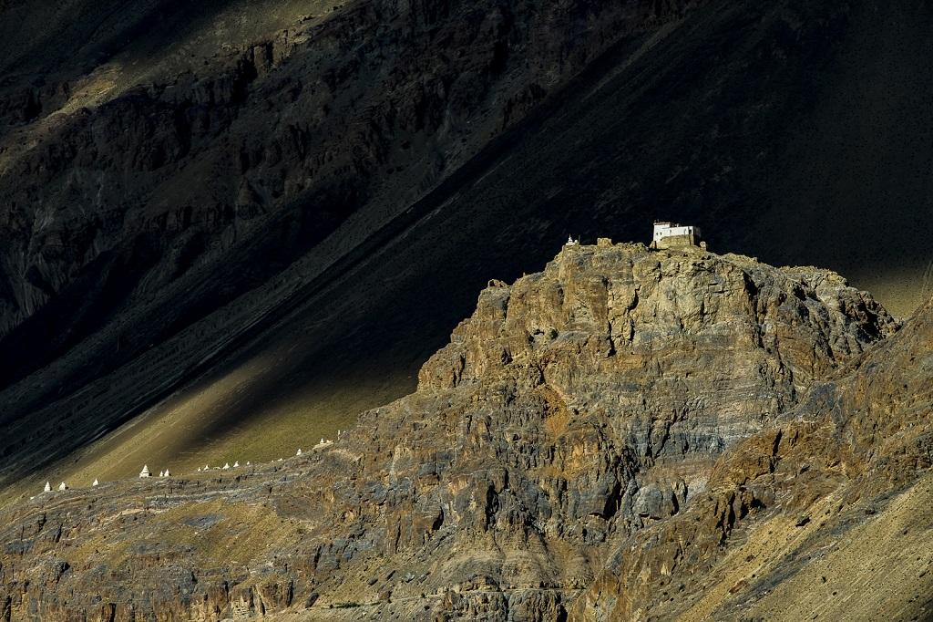 L'ancien palais-forteresse du roi de Zangla veille depuis onze siècles sur la vallée de la rivière Zanskar, à 4000 m d'altitude
