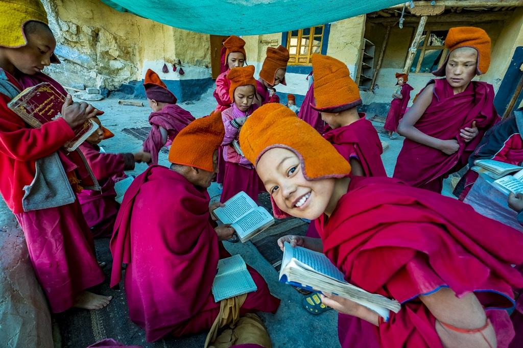 Au point du jour, sur la terrasse supérieure de Phuktal, un maître de théologie bouddhique fait réciter les leçons à ses ouailles, une flopée de moinillons aussi adorables que turbulents