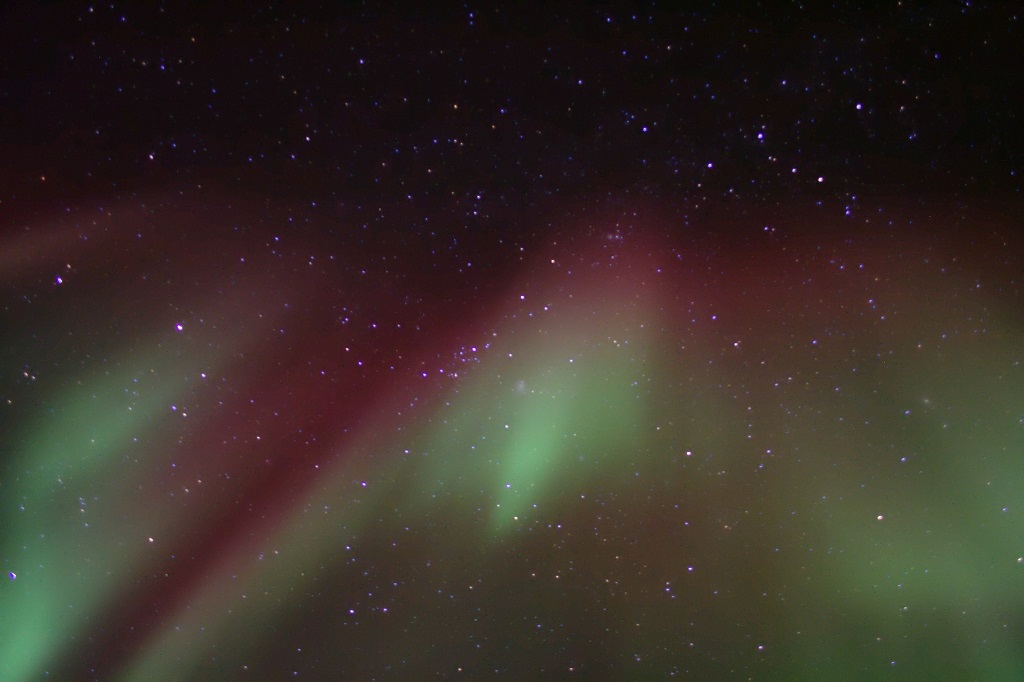 Le vert auroral est émis autour de 110 km d'altitude, et le rouge autour de 220 km