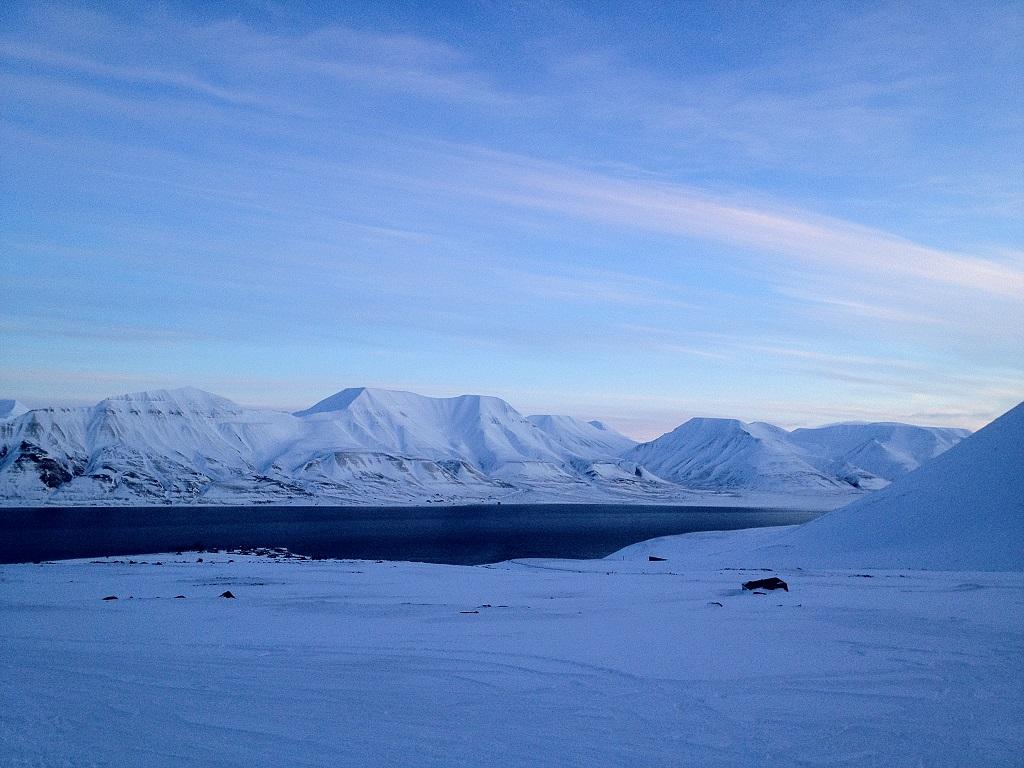 Un jour de février à midi à Ny-Ålesund