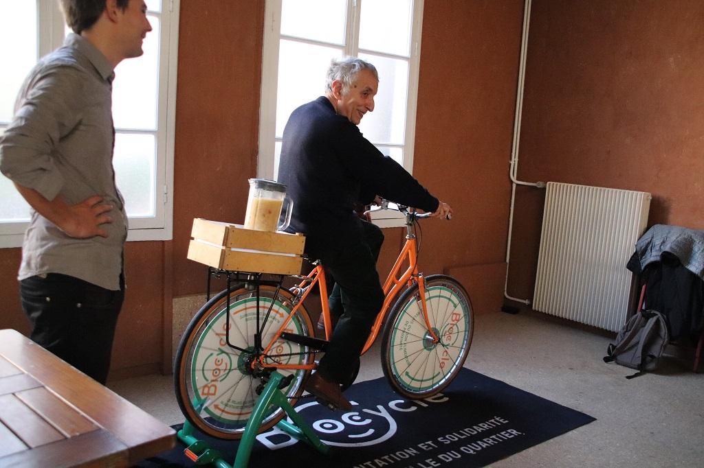 Michel fait la démonstration du VéloMixeur