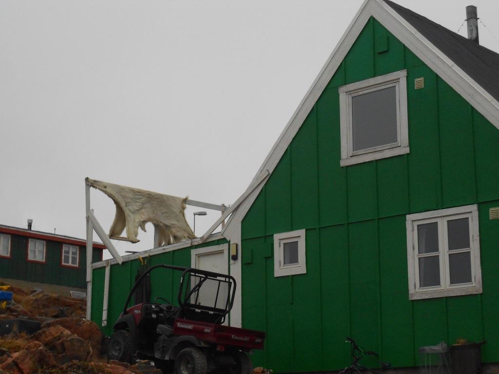 Maison d'Ittoqqortoormit avec peau d'ours en train de sécher – ©Marie Foucard
