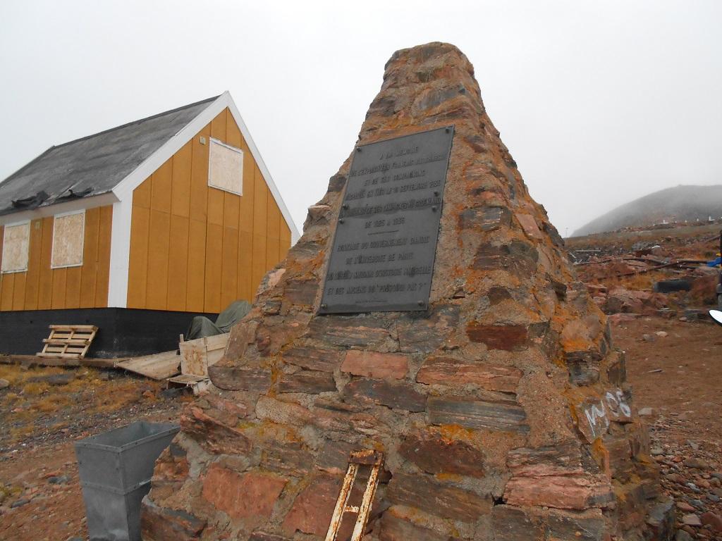 Monument dédié aux disparus du « Pourquoi-Pas ? » du Commandant Charcot – ©Marie Foucard