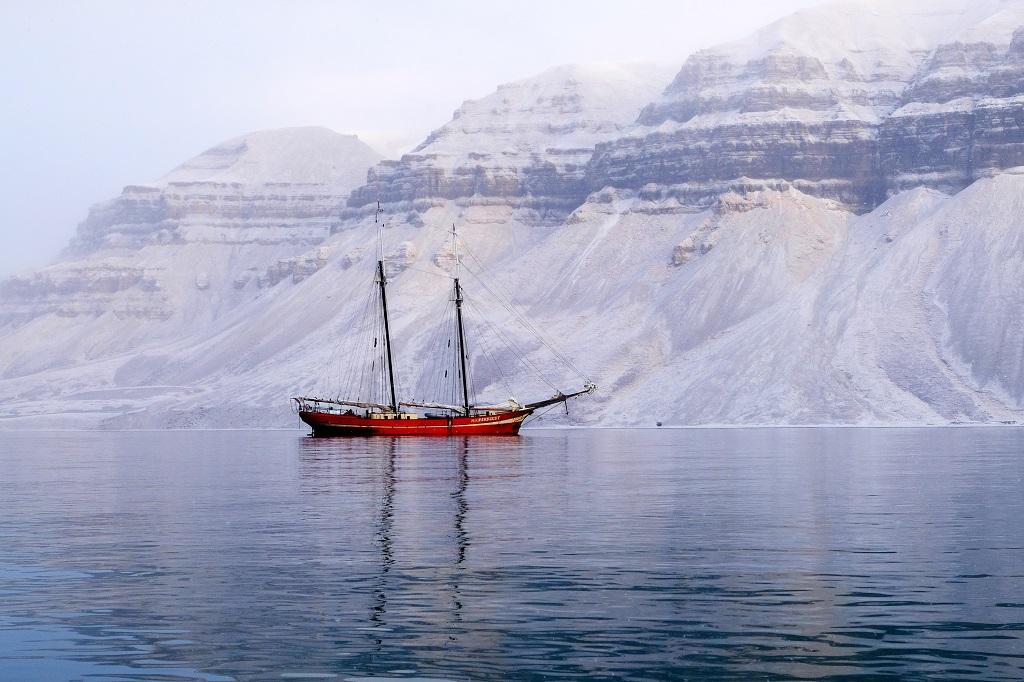 La goélette Noorderlicht, au mouillage dans la baie de Skansbukta