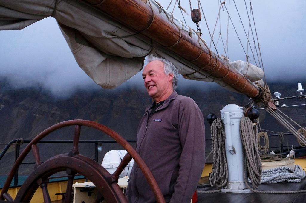 Le capitaine Gert Ritzema à la barre du Noorderlicht