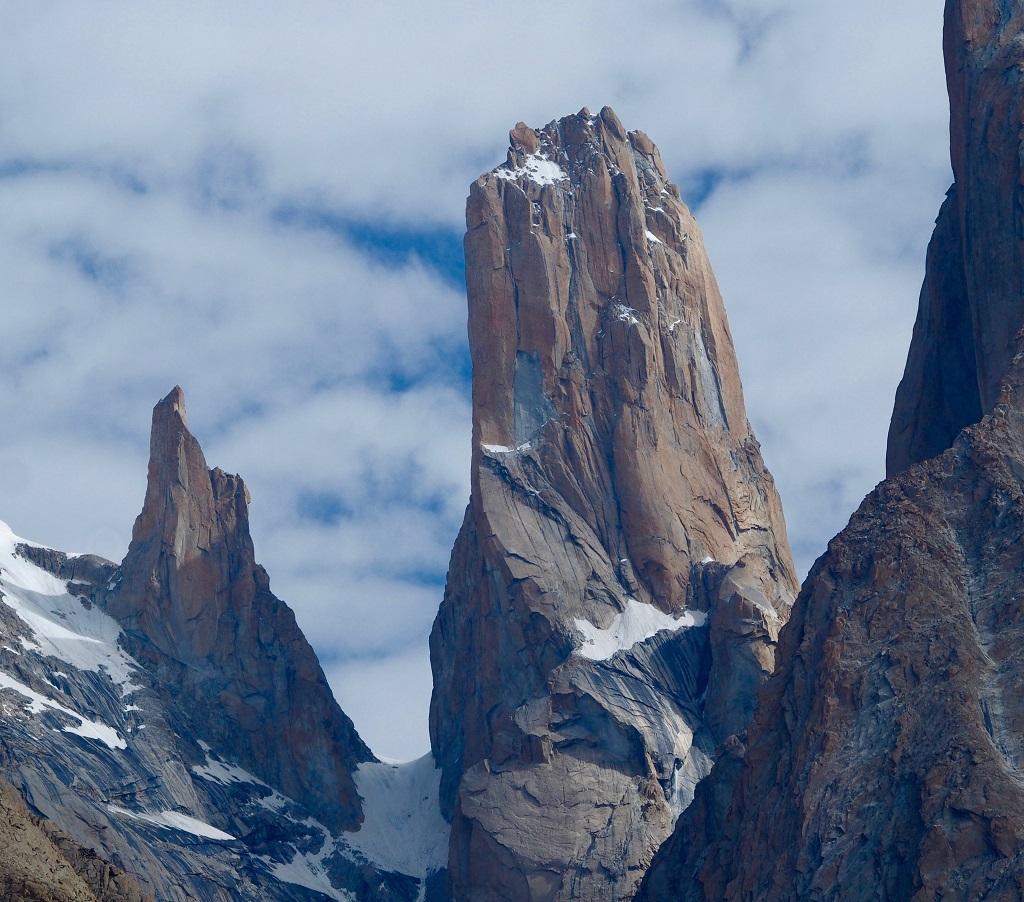 La tour sans nom. L'un des pics les plus spectaculaires des Tours de Trango. Peut-on passer au pied de telles montagnes sans imaginer les plus folles escapades ? - ©Philippe Barthez