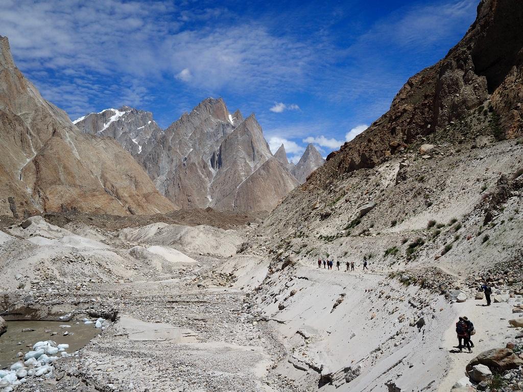 Citadelles de pierre. En longeant les moraines des glaciers de Biafo et du Baltoro, nous prenons la mesure du lieu : ici, les montagnes sont nées d'un choc tectonique d'une grande intensité. - ©Philippe Barthez