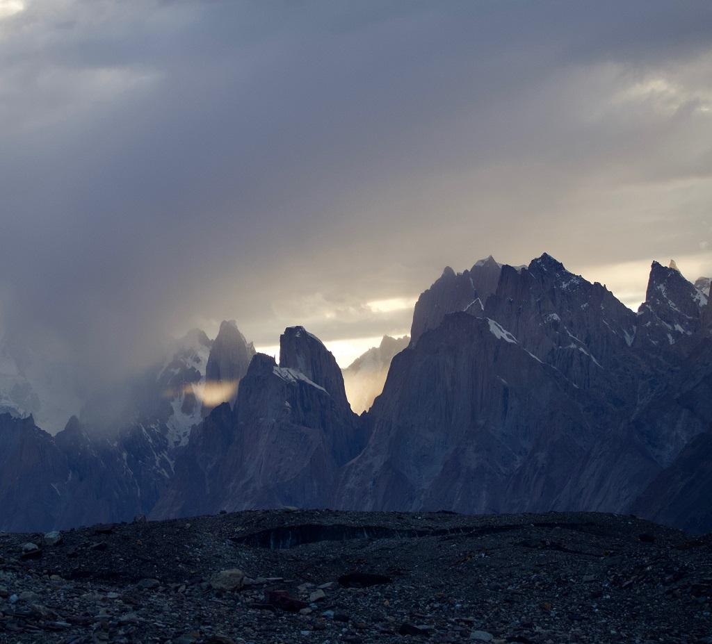 Le mauvais temps arrive sur le groupe des Tours de Trango, qui culmine à 6 286 mètres. - ©Philippe Barthez